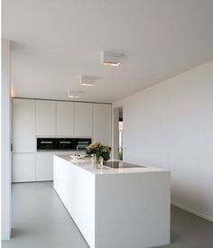 Super contemporary all white kitchen with huge flat surfaces and a monolithic ki White Kitchen Ideas Contemporary flat Huge Kitchen monolithic super surfaces White Kitchen Room Design, Modern Kitchen Design, Kitchen Interior, Kitchen Decor, Minimalist Kitchen, Minimalist Interior, Minimalist Décor, Interior Minimalista, Cuisines Design
