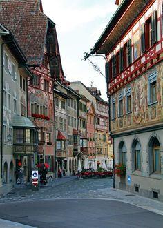 絵本の中のような壁画の建物が並ぶスイスの街、「シュタイン・アム・ライン(Stein am Rhein)」   wondertrip