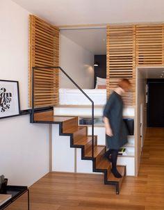 chambre mezzanine et escalier droit escamotable dans le studio Zoku