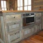 Voorbeeld hoe je zelf een steigerhout keuken kunt maken - afwerking van het hout.