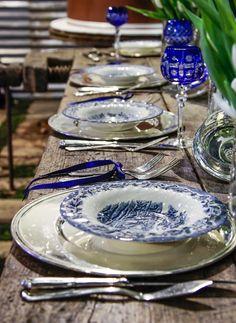 tavolo di falegname apparecchiato co la ceramica olandese