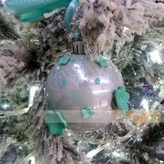pallina con fiori in fimo addobbi per albero di natale - color tiffany Tiffany, Christmas Bulbs, Holiday Decor, Home Decor, Fimo, Decoration Home, Christmas Light Bulbs, Room Decor, Home Interior Design