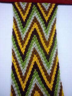 TISSUE WAYUU - Detailed tutorial on how to make the woven handles for Mochila… Tapestry Bag, Tapestry Crochet, Wiggly Crochet, Crochet Stitches, Knit Crochet, Mochila Crochet, Chevron Friendship Bracelets, Learn To Crochet, Handicraft
