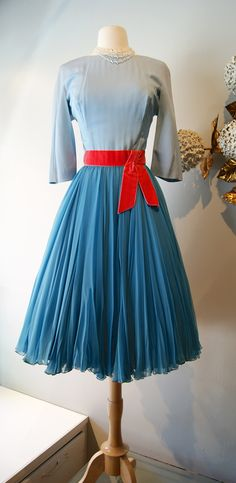 #vintage dress / 1960s cocktail dress by #Estevez available at xtabayvintage.com 1960s Fashion Women, 60s And 70s Fashion, Timeless Fashion, Retro Fashion, Vintage Fashion, Vintage Dresses 1960s, 50s Dresses, Vintage Outfits, Vintage Clothing