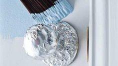 O papel-alumínio bem que poderia ser o irmão mais novo da palha de aço, afinal, ele também possui mil e uma utilidades.