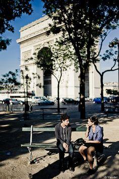 rendez-vous à l'Arc de Triomphe pour parler et s'embrasser sur un banc