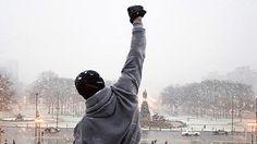 """Cena do filme """"Rocky Balboa"""" (2006, de Sylvester Stallone). A cena em que Rocky sobe os degraus da entrada do Museu de Arte da Filadélfia é famosa desde seu primeiro filme, em 1976, e hoje é vista como um símbolo que representa grandes desafios ou esforços pessoais.   04. dffrocky-balboa-1.jpg"""