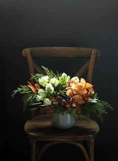 Stay close to nature and close to the earth with spiced shades of cinnamon, sage and clove: 'Cinnamon Spice' by Winston Flowers. Such a beautiful sultry setting Vase Arrangements, Beautiful Flower Arrangements, Beautiful Flowers, Deco Floral, Floral Design, Winston Flowers, Table Flowers, Deco Table, Ikebana