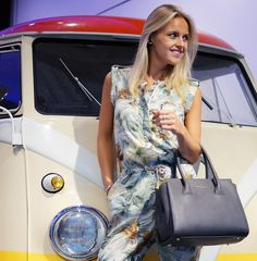 This weather makes me want to escape in a hippie van and stop wherever the sun is shining! Wearing jumpsuit, grey Paul's Boutique handbag and pink lipstick! More on this fashion blog: http://bagatyou.com/pauls-boutique-limited-edition/