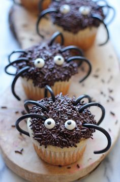 Halloween Spider Cupcakes - These easy spider cupcakes are a must this Halloween, and such a fun way to get the kids in the kitchen! These easy spider cupcakes are a must this Halloween, and such a fun way to get the kids in the kitchen! Halloween Cupcakes Easy, Halloween Desserts, Halloween Cakes, Halloween Treats, Halloween Party, Halloween Recipe, Spooky Treats, Halloween Kids, Happy Halloween
