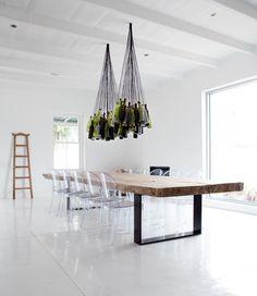 bierfles lampen boven een robuste tafel