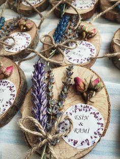 Esin & Rami çiftimizin Nişan hediyesi ☺️ Mutluluklar dileriz ... Bilgi ve sipariş için lütfen mesaj atınız... Wedding Gifts For Guests, Rustic Wedding Favors, Wedding Decorations, Craft Gifts, Diy Gifts, Lavender Crafts, Japanese Gifts, Bridesmaid Clutches, Xmax