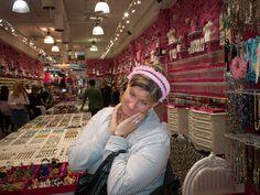 j'aime j'aime j'aime cette photo...  Annie dans LE magasin d'accessoire et bijoux à New York!!  le So good sur Brodway...