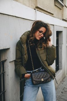 - Source by - Outfits Otoño, Fall Outfits, Fashion Outfits, Winter Travel Outfit, Casual Winter Outfits, Bomber Jacket Outfit, Women's Puffer, Puffy Jacket, Vogue