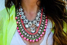 Nifty crystal necklace in neon.Details in streetstyle