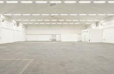 Dreispitzhalle - Eventlocation in Münchenstein #Loft Halle, Tile Floor, Garage Doors, Loft, Flooring, Outdoor Decor, Home Decor, Stones, Decoration Home