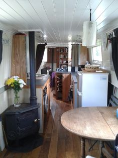 Interior Design Inspo Beautiful Narrow boat and Houseboat Interior Design for inspiration and Some Clever Compact Living Solutions Canal Boat Interior, Narrowboat Interiors, Narrowboat Kitchen, Houseboat Living, Boat Lift, Build Your Own Boat, Floating House, Compact Living, Wood Burner