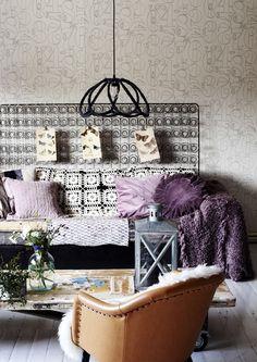 Hetekan jousisto on päässyt sohvan taakse seinälle tilateokseksi, ja perheen äiti on jalostanut kattovalaisimen matonkuteista ja vanhasta valaisinkehikosta.