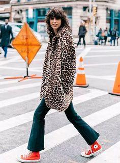 O resultado é chic & glam com direito à animal print e par colorido. it-girl - casaco-animal-print-converse-vermelho - all star vermelho - inverno - street style