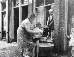 Moeders maakt de kinderen schoon in de jaren 50.