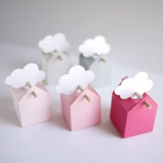 Il mini set comprende 10 scatole et il set normale 50 unità. I colori delle bomboniere vanno da una tonalitè di grigiochiaro al vivi rosa, bastoncini ed etichette bianche possono essere a forma di stella, nuvola, ucello e fiore. Sfumature molto belle di grande dolcezza. Questo set è particolarmente adatto per il battesimo di una bambina.
