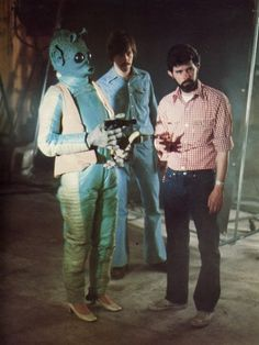 Behind the scenes Star Wars photo shows Greedo wearing high heels. I wonder if the Greedo action figure also came with heels? Amour Star Wars, Star Wars Love, Star Trek, Images Star Wars, Star Wars Pictures, Bts Pictures, Harrison Ford, Star Wars Episodio Iv, Star Wars Shoes