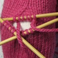 Lapaset yksipuoleisella peukalokiilalla - Punomo - käsityö verkossaPunomo - käsityö verkossa Mittens, Friendship Bracelets, Crochet, Gloves, Tricot, Fingerless Mitts, Fingerless Mittens, Ganchillo, Crocheting