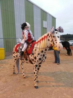 Cruella DeVille & 101 Dalmations I'm thinking Karly and Tank! Horse Halloween Costumes, Halloween Look, Pet Costumes, Alice Halloween, Pretty Horses, Horse Love, Beautiful Horses, Cowgirl Outfit, Horse Fancy Dress