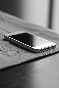 Shared by Find images and videos about black and white, iphone and apple on We Heart It - the app to get lost in what you love. Iphone 4, White Iphone, Apple Iphone, Iphone Cases, Accessoires Iphone, Apple Inc, Technology Gadgets, New Phones, Apple Products