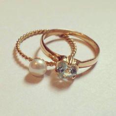 Anéis em Ouro amarelo 18K, pérola e topázio azul. www.gabrielaaiex.com.br