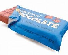 Bed Toppings, il letto al cioccolato. Se desiderate dei sogni dolci forse Bed Toppings, questo set di lenzuola e copriletto a forma di tavoletta di cioccolato, può aiutarvi. Potete acquistarlo qui. Via creativitea.org