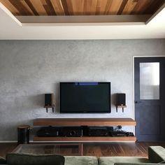 いいね!259件、コメント20件 ― pipipiさん(@pipipi_home)のInstagramアカウント: 「リビングに#壁掛けテレビ と#スピーカー が設置されてこんな感じになりました 夜は間接照明ついていい感じなんだけど上手く撮影出来ない #マイホーム #マイホーム記録 #注文住宅 #おうち…」 Living Room Tv, Living Room Interior, Home Decor Bedroom, Best Bedroom Colors, Tv Wall Design, Home Theater Rooms, Grey Walls, Great Rooms, Room Inspiration