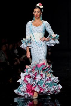 Traje de Flamenca - El-Ajoli - Simof-2009 Flamenco Dancers, Flamenco Dresses, Spanish Fashion, Dressmaking, Ruffles, Beautiful Dresses, Glamour, Style Inspiration, Costumes