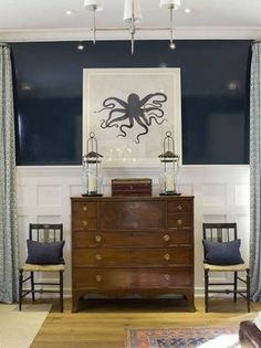 love the navy and white, glossy walls, wood chest