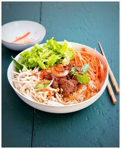 Bo Bun (boeuf et vermicelle) … presque comme monique ! Healthy Menu, Easy Healthy Recipes, Asian Recipes, Vegetarian Recipes, Healthy Eating, Cooking Recipes, Bo Bun, Vietnamese Cuisine, Vietnamese Noodle