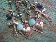 Les superposer sur!! Dainty, boho chic crochet colliers avec des perles en argent fin (95-99 % d'argent pur) et les charmes de mélanger et assortir avec d'autres colliers 3ds et vos chaînes préférées, ou à porter seul... Cette liste est pour un collier. 1/2 de 17 à 18 pouces de long. Faites le moi savoir qui charme et pierres précieuses boucles que vous souhaitez... les deux sont en argent fin! -Charme Croix (environ 1 1/4 pouces de long) avec iolite facettées bleu profond dang...