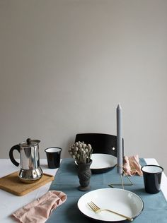Sophisticated Halloween dinner table styling with black enamel plates, grey blue table runner and dusky pink napkins. Perfect for pumpkin pie!