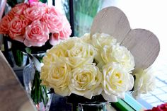 #Bouquet rosa e bianco con cuore in legno.
