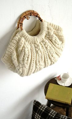 Great idea for that favorite old sweater ! Handmade Handbags, Handmade Bags, Art Bag, Craft Bags, Knitting Wool, Knitting Accessories, Knitted Bags, Knitting Designs, Lana