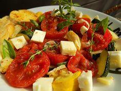 Salát z pečených rajčat a cuket Fruit Salad, Cobb Salad, Treats, Food, Sweet Like Candy, Fruit Salads, Goodies, Essen, Meals