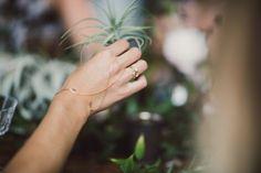 Ce fabuleux bijou de main se nome Loïe en hommage lune des pionnières de la danse moderne Loïe Fuller de Russie et est inspirée de lart et la bijouterie traditionnelle de lempire byzantin.  Trempée à lor 18k, ce bijou de main est composé dune délicate chaine non rigide qui forme une bague une fois torsadé autour du majeur et est attachée à un fin bracelet ouvert fini par deux cristaux Swarovski. Ajusté sur mesure, il est nécessaire de fournir la longueur entre le debut du majeur et le le…