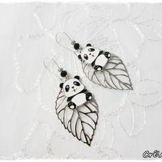 Boucles d'oreilles dormeuses « Panda sur sa feuille » Noir & gris #bijoux #faitmain #CréAmel #bouclesdoreilles #feuille #panda #noir #animal #cute