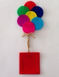 Broche de globos de colores.