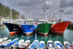 Barcos, ships.
