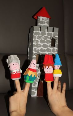 Vingerpopjes ridders zelf gemaakt van karton (uit eierdozen) Kasteel gemaakt van schoendoos