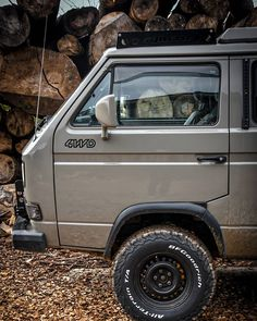 Lifted Volkswagen van square Vanagon Syncro Thanks to the spacious interior, simple construction, and a Syncro drive system, it played a big role in engaging the popular today van-life movement. Vw T3 Camper, Vw Bus T3, Volkswagen Bus, Audi Motor, Vw T3 Westfalia, Adventure Car, Bus Girl, Nissan Xterra, Expedition Vehicle