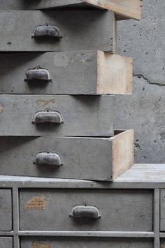 Meuble de métier, les tiroirs gris et chics donnent du style