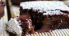 Raději tenhle receptani neotvírejte! 😀 Krémová čokoláda zasypaná moučkovým sněhem vytváří dojem čehosi nevinného, až andělského.Nenechte se však zmást, je to jen jedno z dalších pokušení pro nás čokoládové závisláky. Ingredience 4 vejce 1 lžička vanilkového extraktu 1 a 1/4 hrnku cukru 110 g rozpuštěnéhomásla 1/2 hrnku hladké mouky 1/2 hrnku kakaa 2 hrnky vlažného …