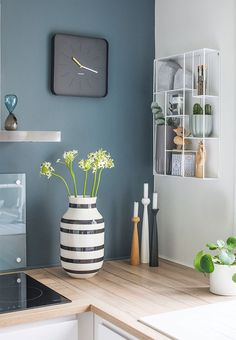 Kitchen details - warm wonderful blue/green colour on the wall together with nice accessories on the countertop that all match the warm nuance. Kähler vase, cool shelf, candlesticks from Applicata. Green Kitchen Walls, Paint For Kitchen Walls, Kitchen Wall Colors, Diy Kitchen Decor, Home Decor, Decorating Kitchen, Decorating Ideas, Warm Kitchen Colors, Kitchen Ideas