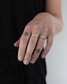 Best ideas for small finger tattoo. Great tiny finger tattoos for friends and for females. Inside you could find small finger tattoos for him too! Hand Tattoos, Girl Tattoos, Tattoos For Guys, Tatoos, Knuckle Tattoos, Finger Tattoo For Women, Tattoos For Women Small, Small Tattoos, Tattoo Finger